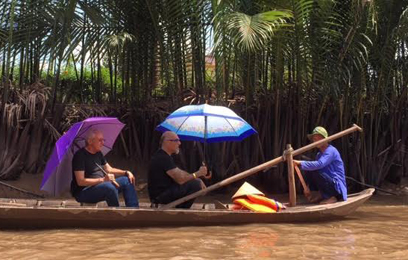 אהרוני וגידי שטים על סירה בנהר