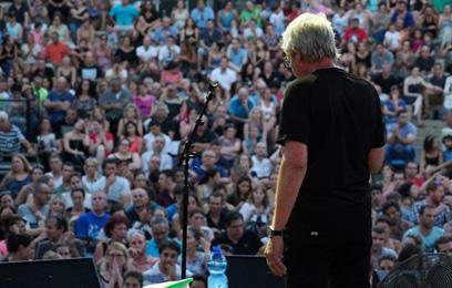 גידי מול קהל בהופעה