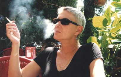 ענת גוב מעשנת סיגריה