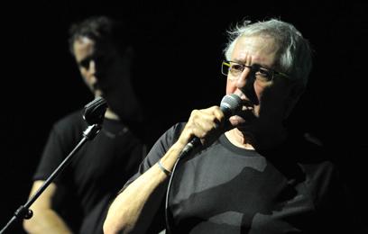גידי מבצע שיר בהופעה