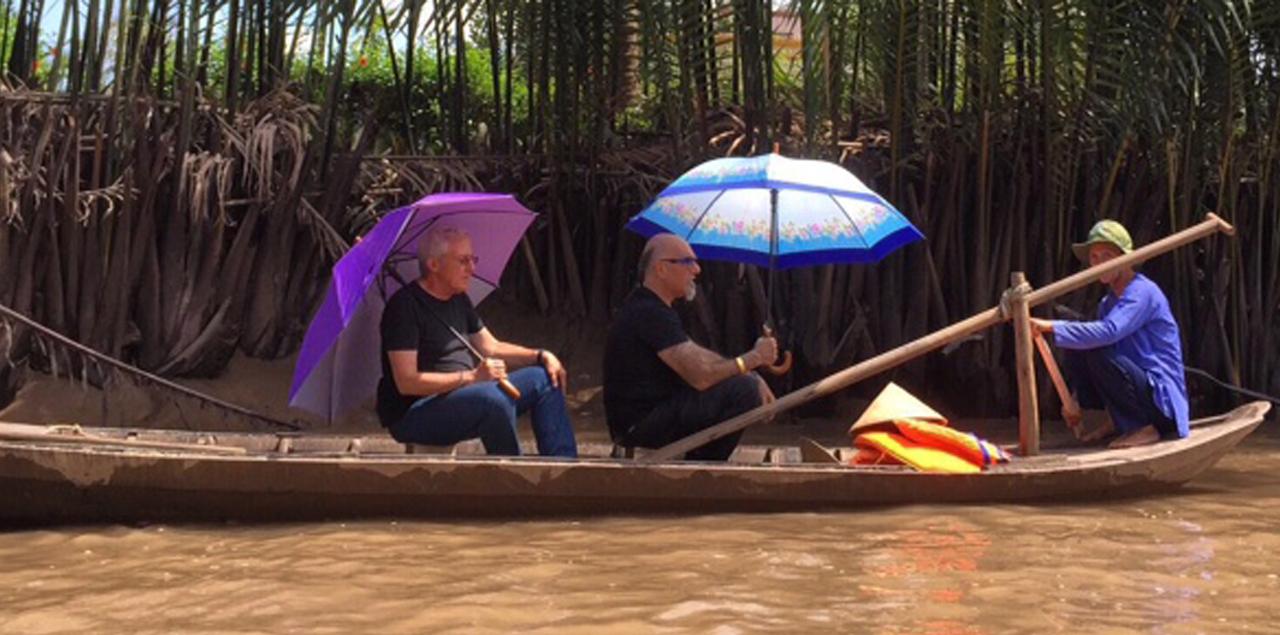 גידי ואהרוני שטים על סירה בנהר