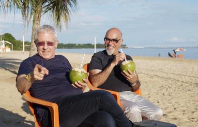 אהרוני וגידי שותים קוקוס ישר מהעץ
